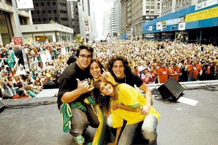 """Deborah Secco (à frente) apresenta a festa """"Brazilian Day"""" em Nova York ao lado de André Marques (esq.), Claudia Rodrigues (ao centro) e Pedro Neschling (7/9/04)"""