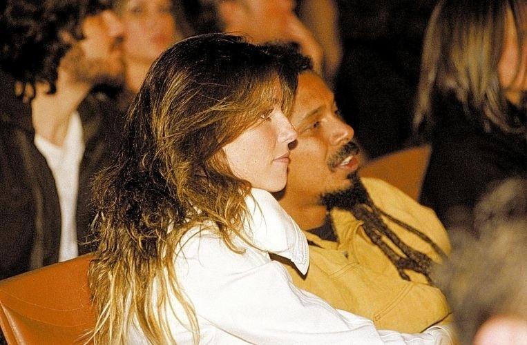 """Deborah Secco e Falcão namoraram por dois anos e chegaram a ficar noivos. Por amor ao vocalista do grupo O Rappa, a atriz tatuou a frase """"Falcão, amor verdadeiro, amor eterno"""" em seu pé direito (6/10/04)"""