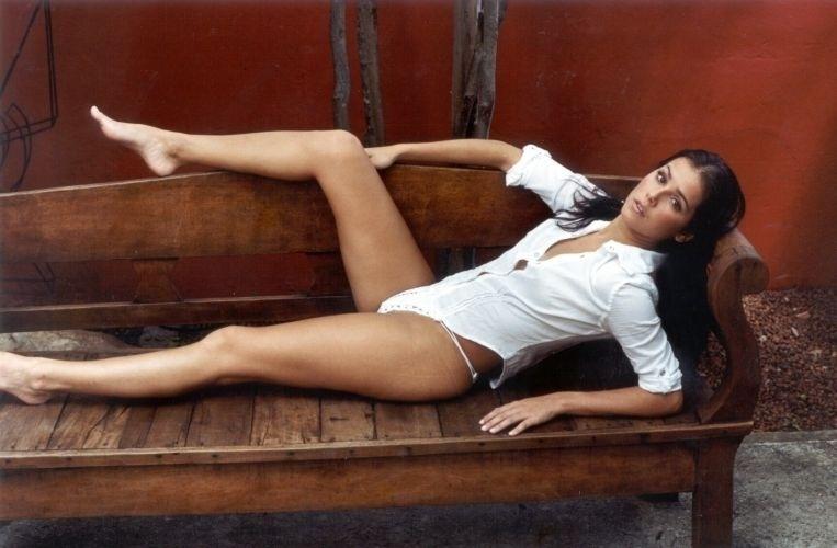 """Deborah Secco foi fotografada para o especial de Natal do site """"Paparazzo"""". As fotos sensuais não foram novidade para a atriz, que posou para a """"Playboy"""" em 1999 (31/12/01)"""
