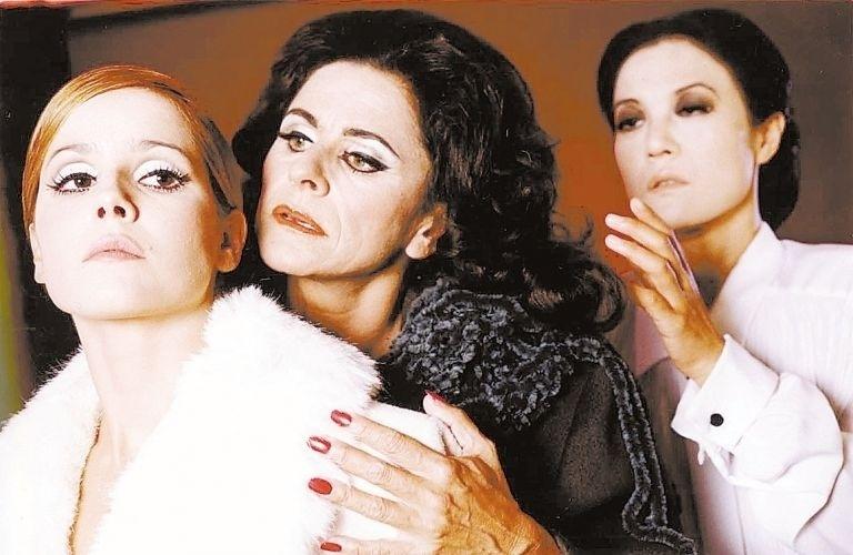 "Deborah Secco protagonizou o drama ""As Lágrimas Amargas de Petra von Kant"" no teatro, ao lado de Denise Weinberg (centro) e Miwa Yanagisawa (dir.) (31/3/01)"