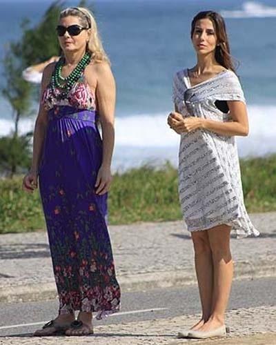 """Em """"Caminho das Índias"""", Vera Fischer fazia o papel de uma mulher madura e decidida, que sempre dava bons conselhos para a melhor amiga, Duda, interpretada por Tania Khalill. Na foto ao lado, as duas atrizes gravam cena para a novela (29/6/09)"""