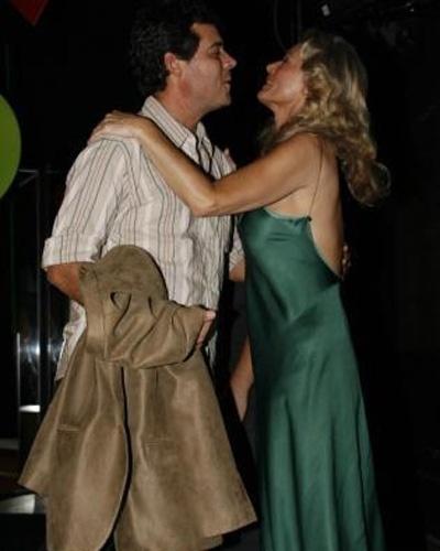 Felipe Camargo, pai de Gabriel, cumprimenta a atriz e mostra que as brigas do passado ficaram para trás (Maio/2007)