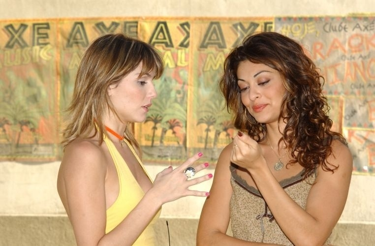 """Na novela """"Celebridade"""", as personagens das atrizes Deborah Secco e Juliana Paes viviam brigando, mas fora de cena, as duas são boas amigas (28/10/03)"""