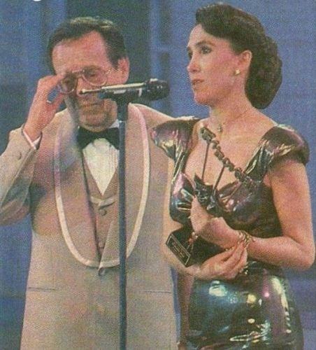 O casal Florinda Meza e Roberto Gómez Bolañoz está junto desde 1978, mas os dois se casaram apenas em 2004, em uma cerimônia seguida de uma grande festa na Cidade do México. Nesta imagem, Florinda Meza, que também escreve novelas, ganha um prêmio no México