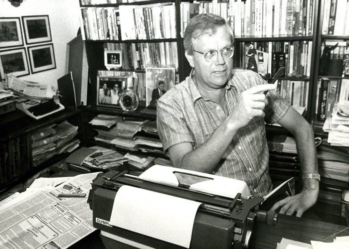 O jornalista Joelmir Beting é fotografado no escritório de sua casa (1/5/87).