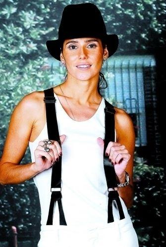 """Para a entrevista de divulgação da novela """"A Favorita"""", Deborah Secco escolheu um look com chapéu e suspensórios (30/5/08). Na trama, a atriz interpretou a prostituta Maria do Céu, ao longo da história ela conquistou o carinho do público e se redimiu no final (1/7/08)"""