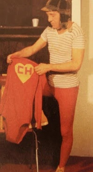 Roberto Gomez Bolaños posa com as roupas de seus dois principais personagens (década de 70).