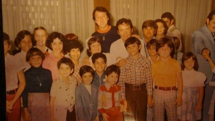 Rodeado por crianças, é possível identificar Carlos Villagrán (Kiko) e Roberto Bolañoz (Chaves) no centro da fotografia