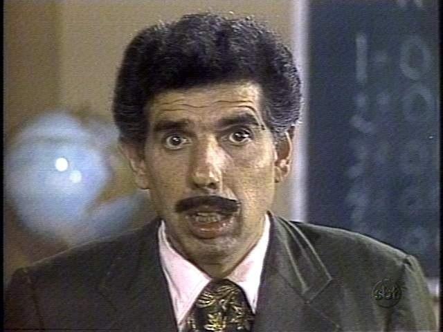 """Rubén Aguirre interpreta o Professor Girafales, apelidado pelas crianças de """"Mestre Linguiça""""."""