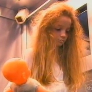"""Cena da pegadinha com a Menina Fantasma no elevador, no """"Programa Silvio Santos"""""""