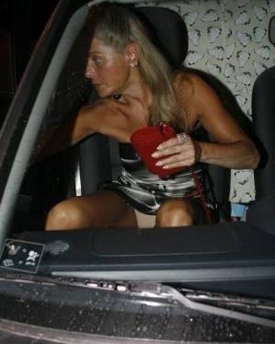 Usando vestido curto, Vera mostra a calcinha na hora de descer do carro (Setembro/2007)