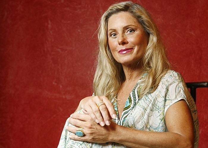 """Vera é fotografada em casa, no Rio de Janeiro, logo após lançar o segundo volume da sua autobiografia, """"Um Leão por Dia"""" (09/03/2009)"""