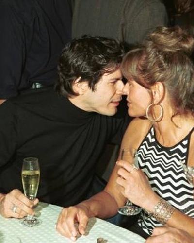 """Vera e o cantor Paulo Ricardo ficam no maior clima na festa de lançamento do filme """"Copacabana"""", no Hotel Copacabana Palace, no Rio de Janeiro (Junho/2001)"""