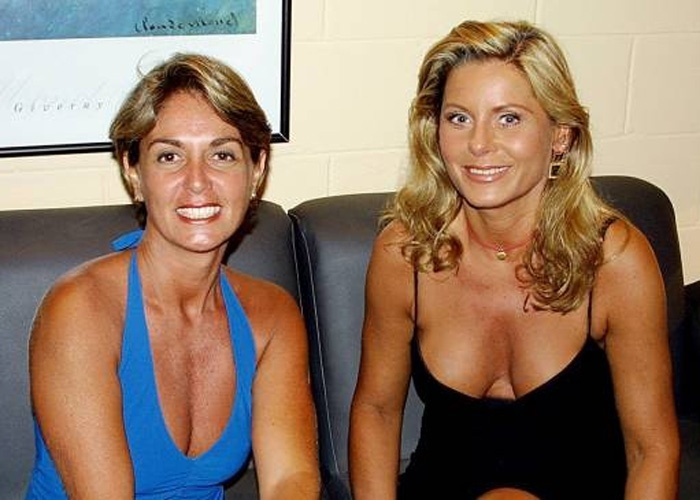 Vera exibe decote generoso e muita beleza ao lado da apresentadora Viviane Romanelli (Janeiro/2002)