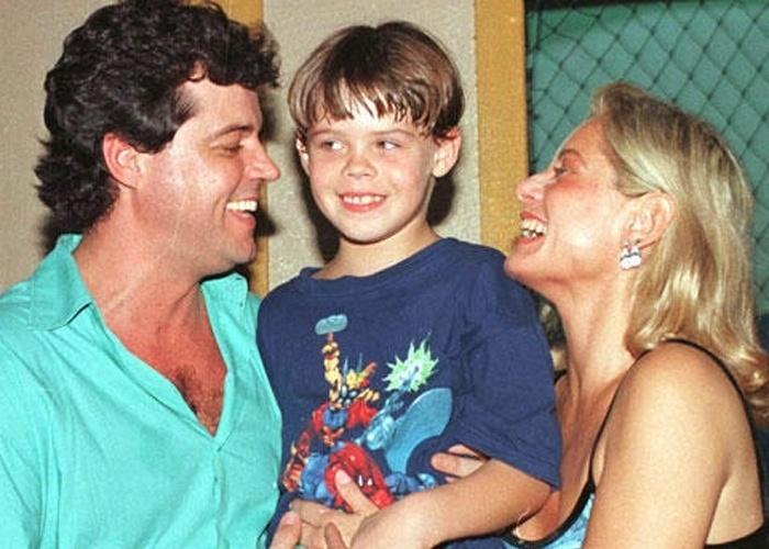 Vera Fischer e Felipe Camargo posam com filho, Gabriel, nos anos 90
