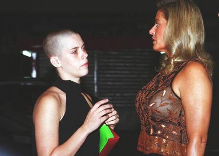 """Vera Fischer, usando blusa transparente, e Carolina Dieckman chegam para a festa de encerramento da novela """"Laços de Família"""" em boate do Rio de Janeiro (Fevereiro/2001)"""