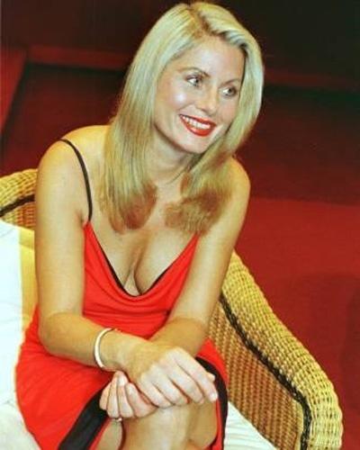 Vera irradia beleza usando vestido e batom vermelhos (Janeiro/1999)