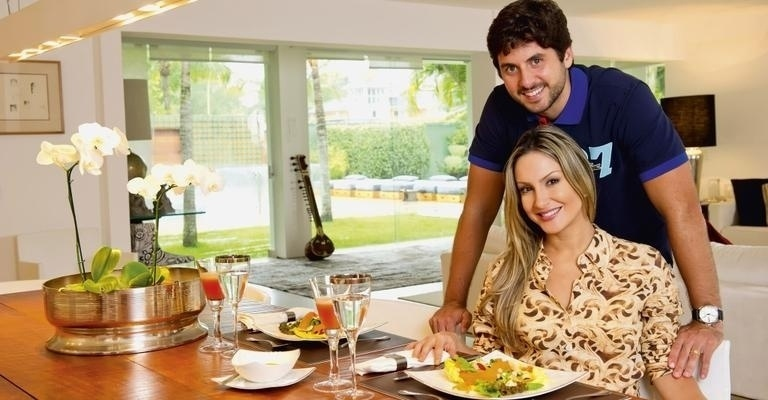 Claudia Leitte posa ao lado do marido Marcio Pedreira para a revista Caras (novembro/2012)