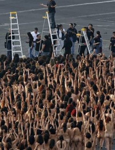 6.mai.2007 - Mais de 18 mil pessoas posaram nuas para o fotógrafo Spencer Tunick, no México