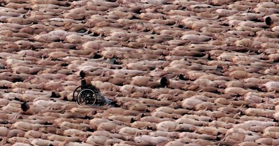 6.mai.2007 - Um cadeirante faz parte de perfomance que reuniu mais de 18 mil pessoas nuas no México