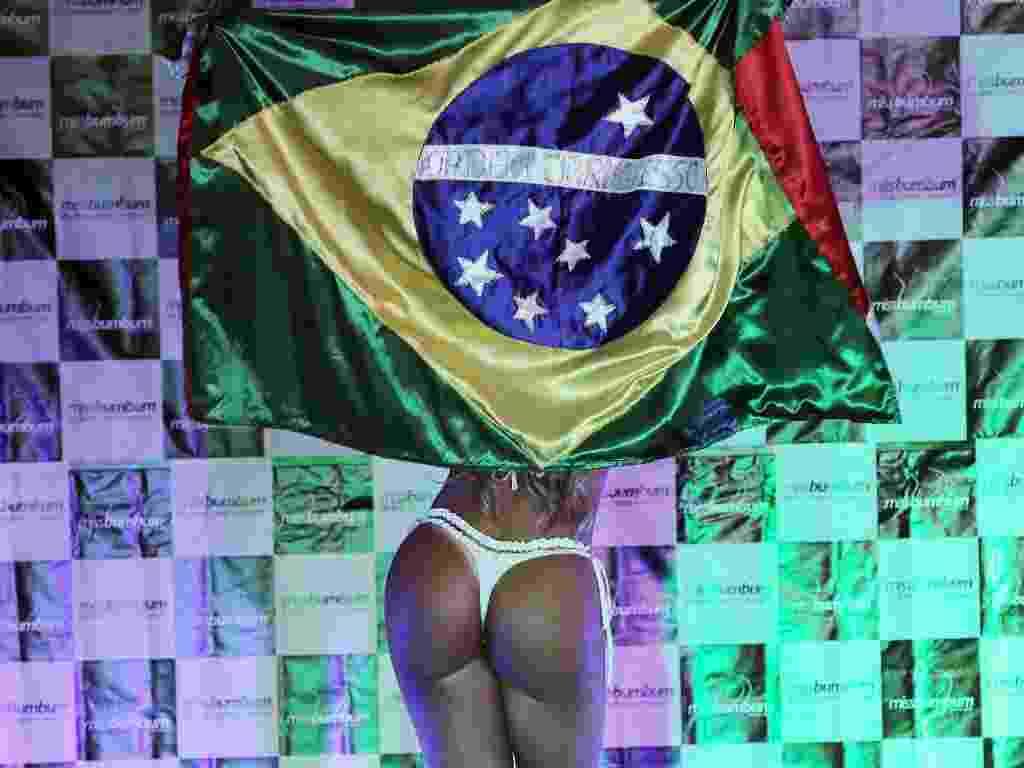 30.nov.2012 - Durante a final do concurso, Carine Felizardo, representante do Pará, desfilou com uma bandeira do Brasil e com a do seu Estado. - Rodrigo Paiva/BOL