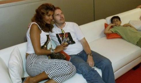 21.jan.2001 - Roberta Close ao lado do seu marido, o suíço Roland Granacher, no camarote da AOL, no Rock in Rio. Eles se casaram em 1993 na Europa e estão juntos até hoje