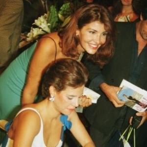"""5.mai.2000 - Narcisa Tamborindeguy faz dedicatória do """"Ai, Que Loucura!"""" para Roberta Close, no Copacabana Palace, no Rio de Janeiro"""