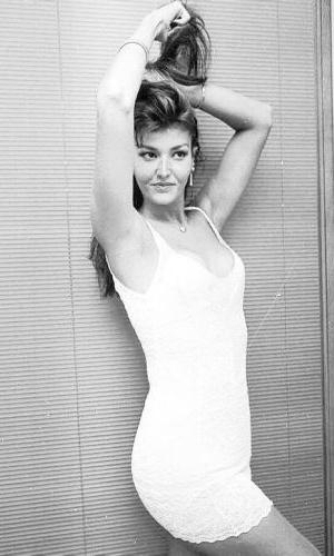 A modelo Roberta Close faz pose para fotógrafo em imagem de fevereiro de 1995