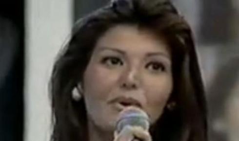 """Convidada para o """"Domingão do Faustão"""" em 1996, Roberta Close se desentende com Fausto Silva no palco. O apresentador deixou a modelo incomodada com os questionamentos sobre sua sexualidade."""