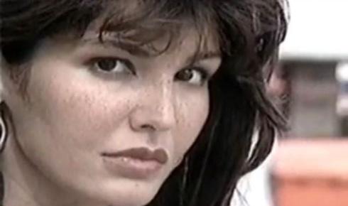 """Roberta Close em reportagem para o """"Fantástico"""" em 1998. Naquele ano, ela lançava a biografia """"Roberta Close, Muito Prazer"""", resultado de uma série de entrevistas entre ela e a jornalista Lúcia Rito"""