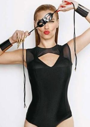 Com direito a máscara, Carolina Dieckmann estampa capa e recheio da revista 'Criativa' de janeiro de 2012. A atriz de 33 anos falou sobre a personagem Teodora de 'Fina Estampa'. 'Fico totalmente à vontade interpretando o tipo sensual', disparou