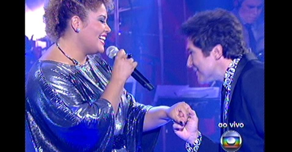 """16.dez.2012 - Alma Thomas, ex-integrante do time de Daniel, canta com seu mentor no palco do """"The Voice Brasil"""""""