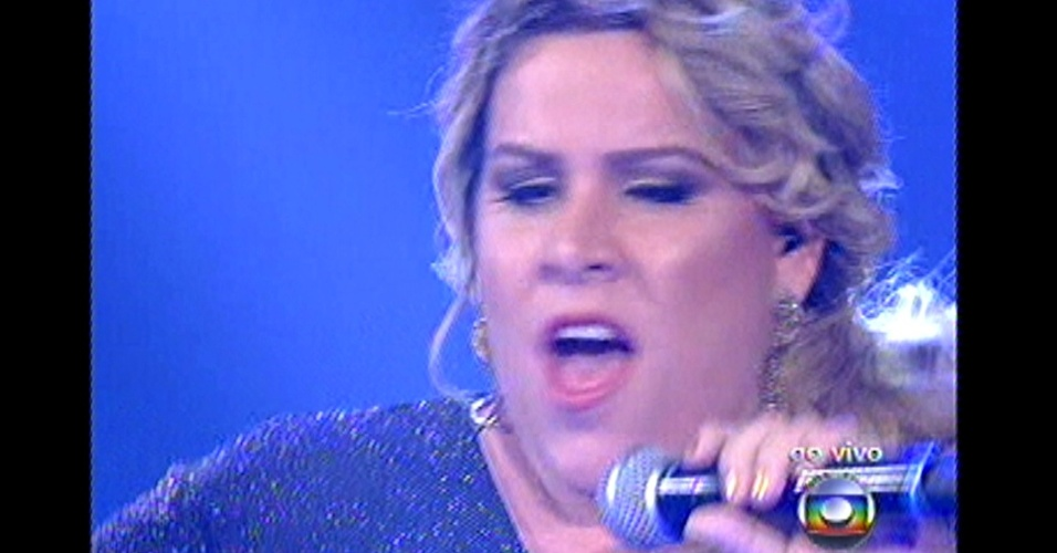 "16.dez.2012 - Carol Marques, ex-integrante do time de Daniel, canta com seu mentor no palco do ""The Voice Brasil"""