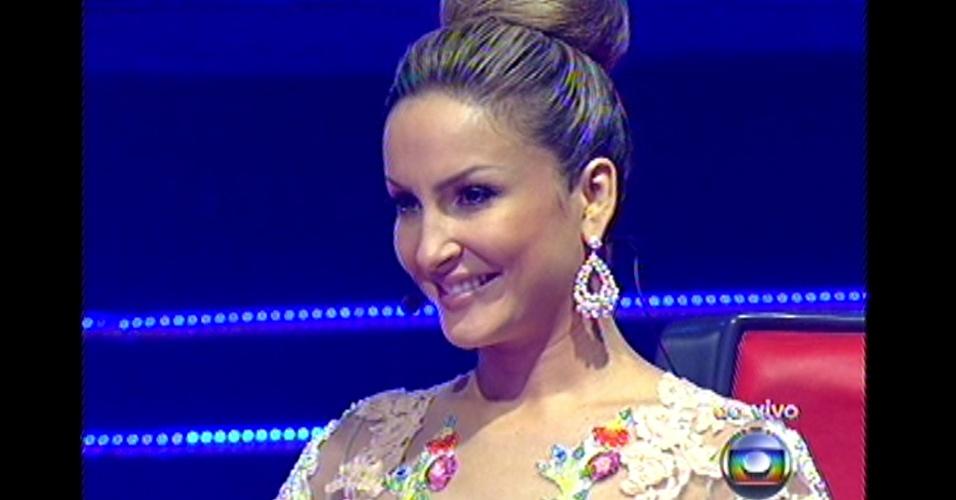 16.dez.2012 - Claudia Leitte observa as apresentações de suas finalistas