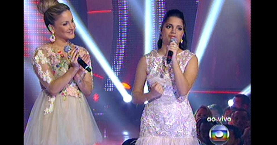 16.dez.2012 - Claudia Leitte se apresenta no palco com Ana Rafaela, uma das eliminadas de seu time