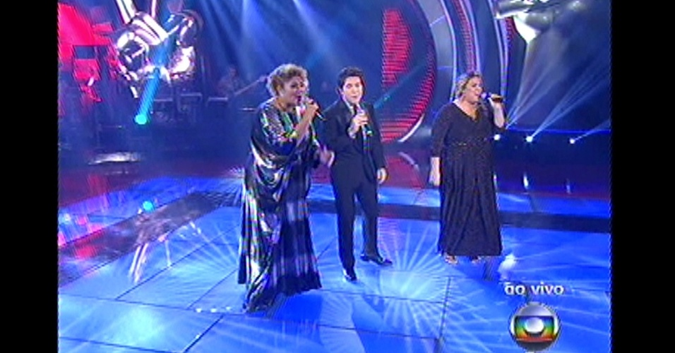 "16.dez.2012 - Daniel canta com Alma Thomas e Carol Marques no palco do ""The Voice Brasil"""