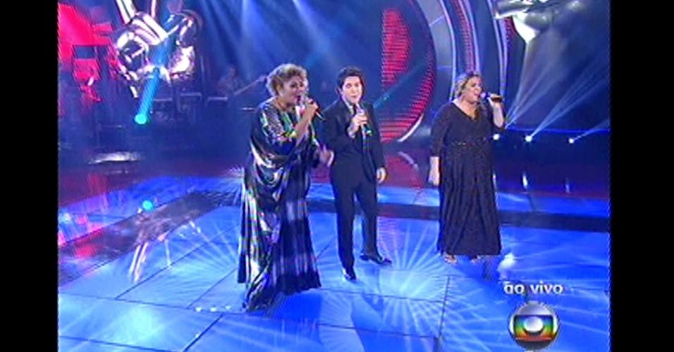 """16.dez.2012 - Daniel canta com Alma Thomas e Carol Marques no palco do """"The Voice Brasil"""""""