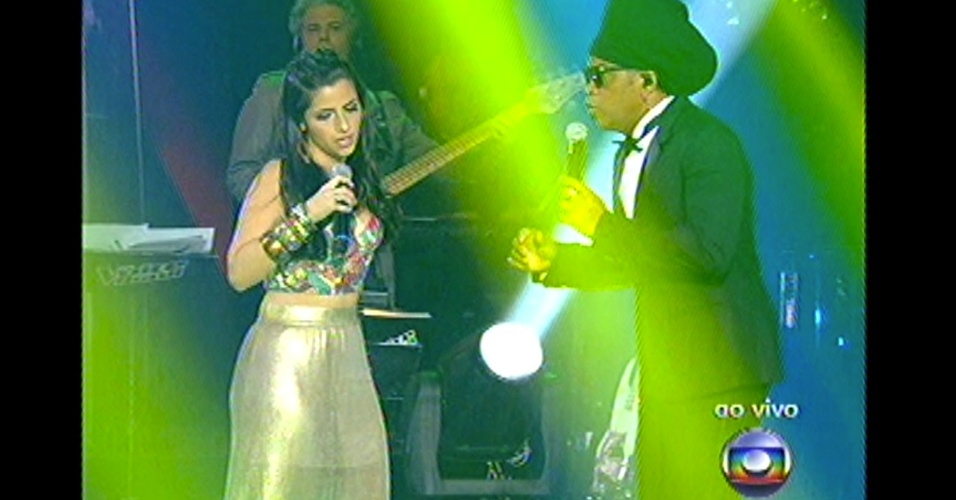 "16.dez.2012 - Ex-participante do time de Carlinhos Brown, Mira Callado se apresenta com o cantor na final do ""The Voice Brasil"""