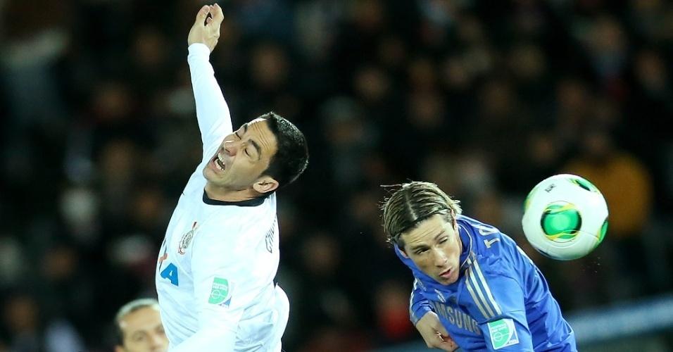 16.dez.2012 - Fernando Torres, do Chelsea, ganha bola de cabeça contra o zagueiro Chicão, do Corinthians, na final do Mundial de Clubes da Fifa, em Yokohama, no Japão