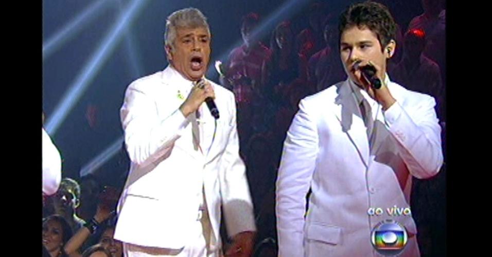16.dez.2012 - Gustavo Levan, ex-time do Lulu, se apresenta no palco do reality show