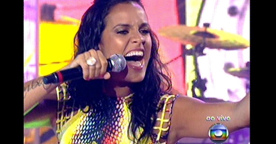 """16.dez.2012 - Ju Moraes canta """"Verdade"""", de Zeca Pagodinho, na final do """"The Voice Brasil"""""""