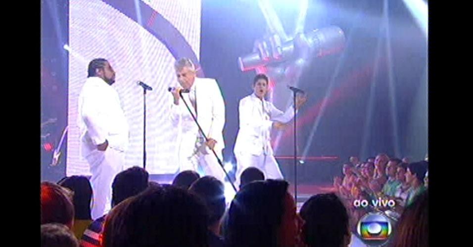 16.dez.2012 - Lulu se apresenta no palco com Marquinho O Sócio e Gustavo Levan