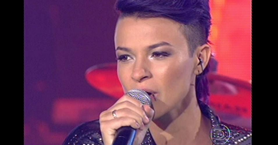 16.dez.2012 - Maria Christina canta na grande final do reality show