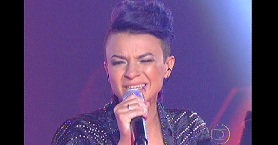 """16.dez.2012 - Maria Christina canta """"Eu comi a Madonna"""", de Ana Carolina, na final do """"The Voice Brasil"""""""