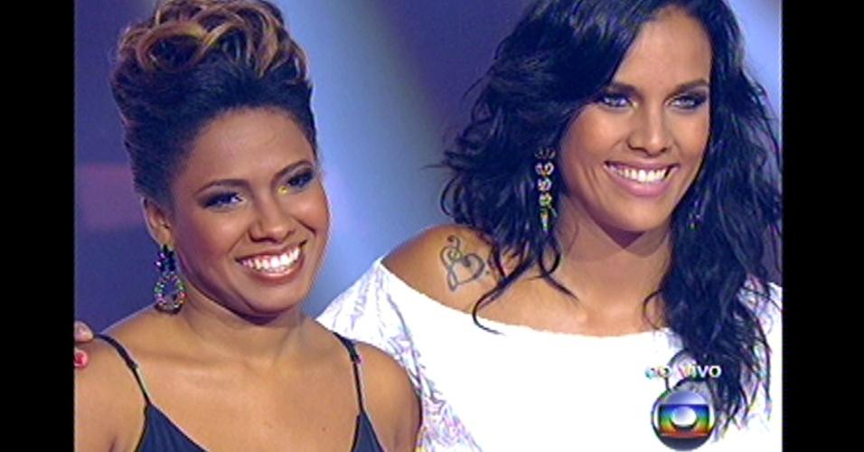 16.dez.2012 - Thalita Pertuzatti e Ju Moraes aguardam decisão de Claudia Leitte. A técnica escolheu Ju Moraes para prosseguir na competição
