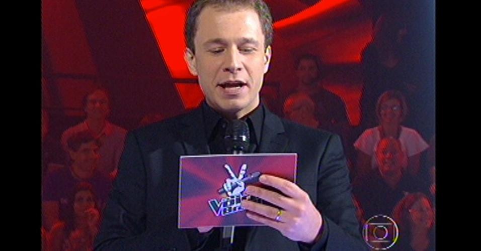 16.dez.2012 -Tiago Leifert dá início ao voto do público no 'The Voice Brasil'