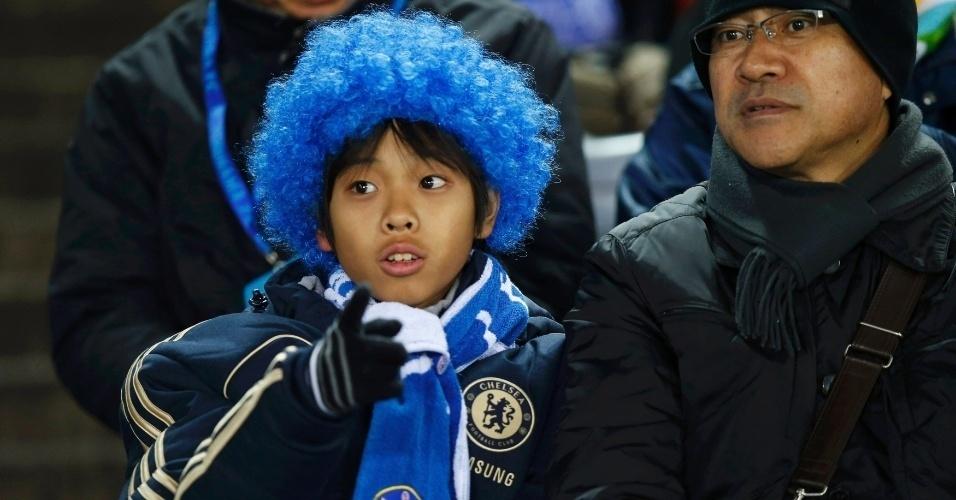 16.dez.2012 - Com peruca azul, garoto japonês torce pelo Chelsea na final do Mundial de Clubes da Fifa, contra o Corinthians, em Yokohama