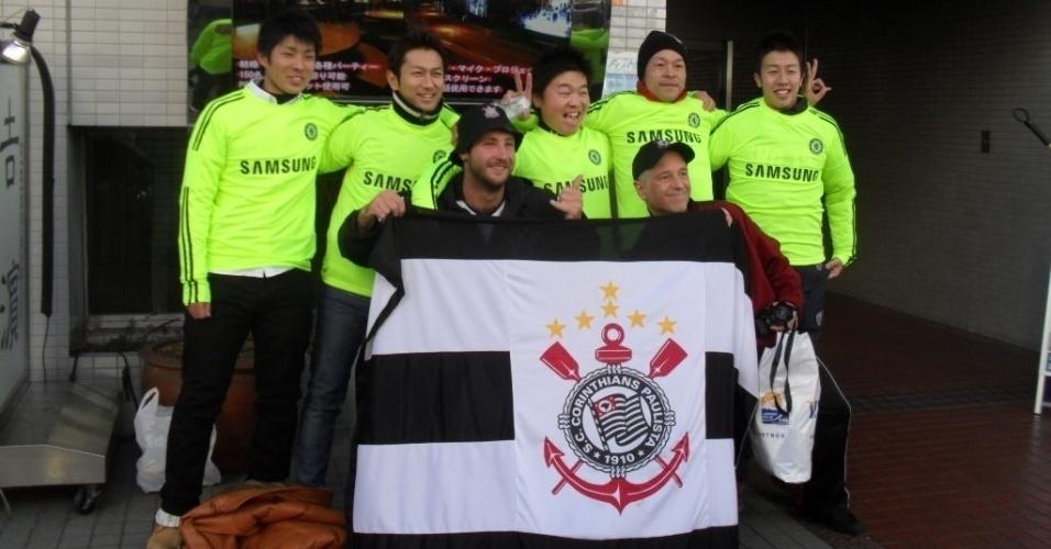 15.dez.2012 - Corintianos posam ao lado de japoneses torcedores do Chelsea que foram até o estádio Nissan, em Yokohama, assistir à final do Mundial de Clubes entre os dois times