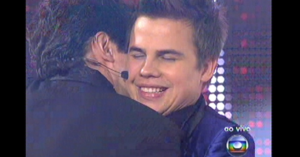 16.dez.2012 - Daniel abraça Danilo Dyba, mas técnico escolheu Liah Soares para prosseguir à final