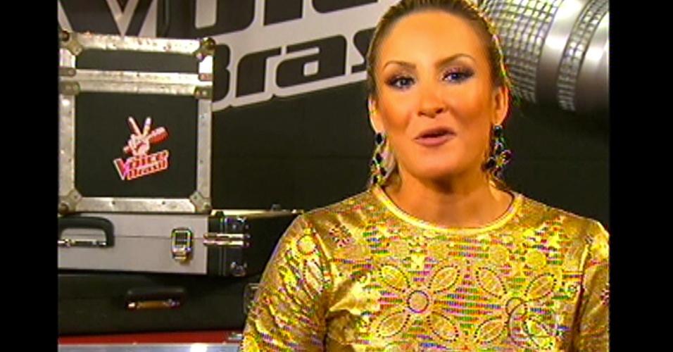 16.dez.2012 - Edição mostra cenas dos técnicos do 'The Voice Brasil'. Na imagem, Claudia Leitte fala sobre o programa
